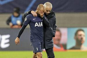Jose Mourinho a Lucas Moura po vypadnutí z Ligy majstrov.