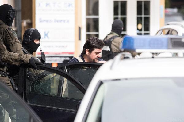 Mariana Kočnera odvážajú z policajnej stanice v Nitre.