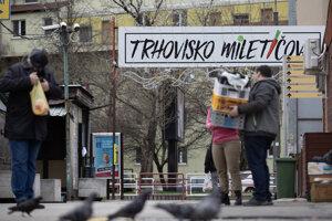 Dočasne zatvorené trhovisko na Miletičovej ulici v Bratislave počas dezinfekcie v súvislosti s výskytom nového koronavírusu na Slovensku.
