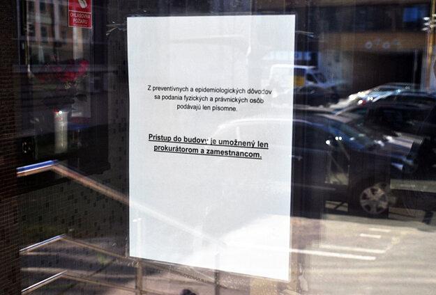 Opatrenia prijali aj prokuratúry. Tento oznam visí na vstupe do budovy Krajskej prokuratúry Košice.