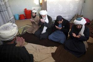 Modlitba väzňov podozrivých zo spolupráce s Talibanom.