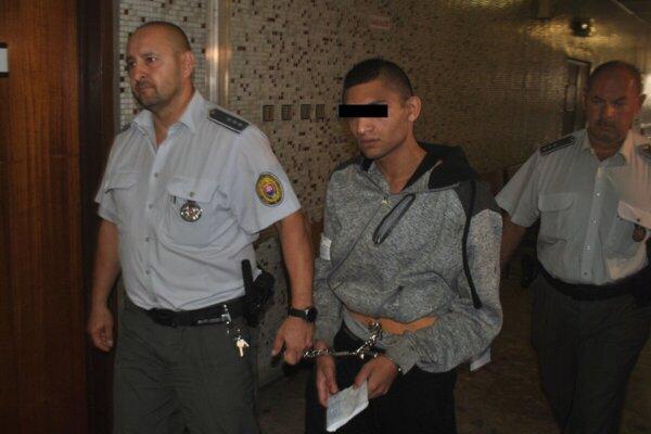 Ondreja privádza eskorta z väzby na hlavné pojednávanie. Trvalo krátko, lebo prokuratúra si spis vyžiadala späť.