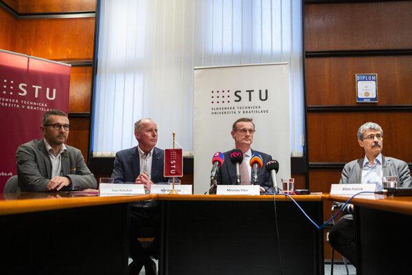 Na stretnutí Správnej rady STU jej predseda Milan Ftáčnik za prítomnosti rektora STU Miroslava Fikara vyzvali dekana Ivana Kotuliaka k odstúpeniu.