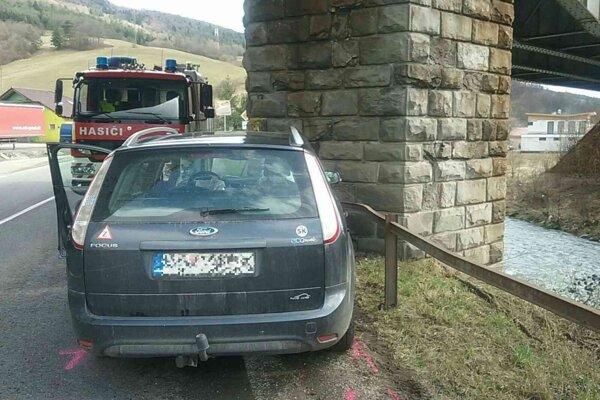 Auto skončilo v stĺpe.