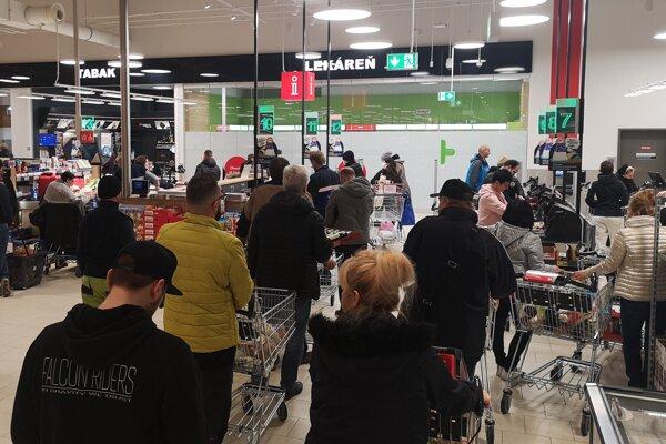 Supermarkety boli v piatok plné.