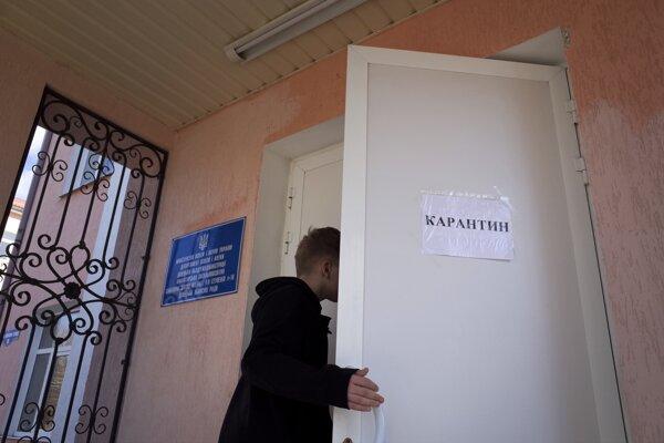 Žiak opúšťa školu v ukrajinskom Kramatorsku.