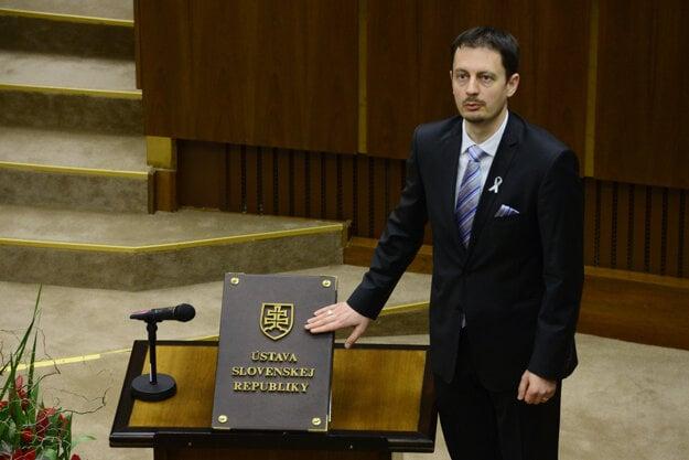 Eduard Heger (OĽANO) skladá poslanecký sľub 23. marca 2016.