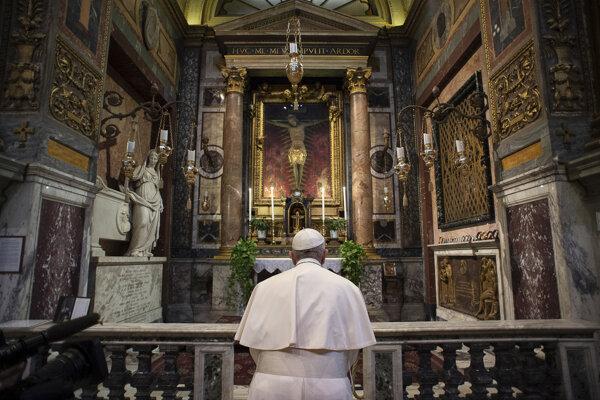 Pápež František sa modlí pri zázračnom kríži.