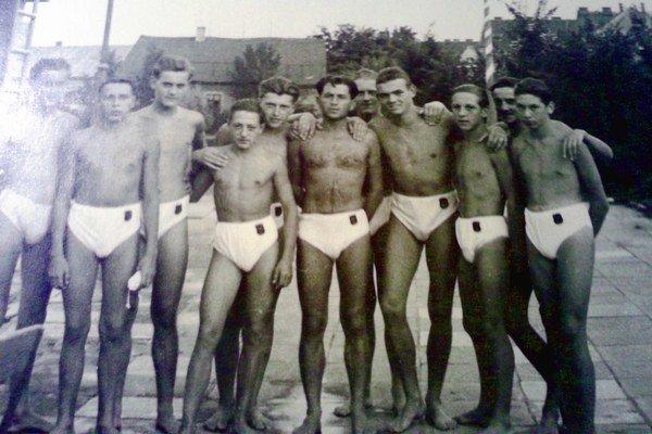 Trnavskí plavci na archívnej fotografii.
