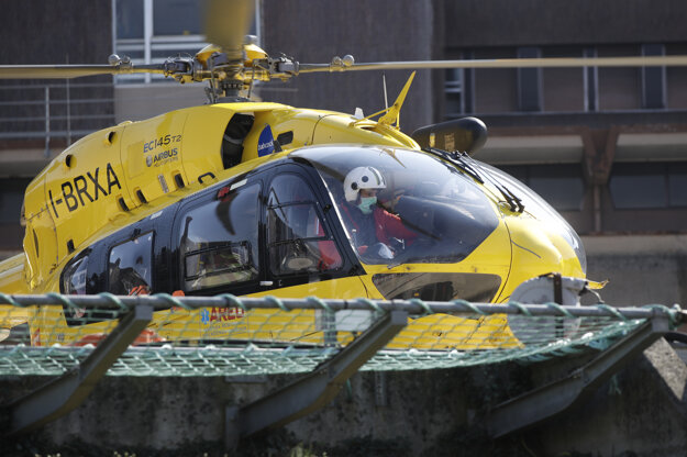 16. marec 2020: Situácia v talianskom meste Brescia. Lekársky pohotovostný vrtuľník štartuje pred nemocnicou.