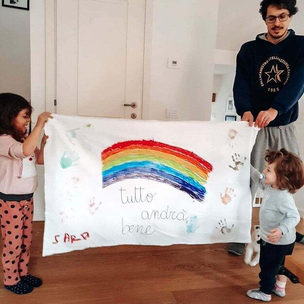 Marco Genoni s deťmi. Aj zo škôlky dostávajú deti úlohy, ktoré majú dať nádej v karanténe.