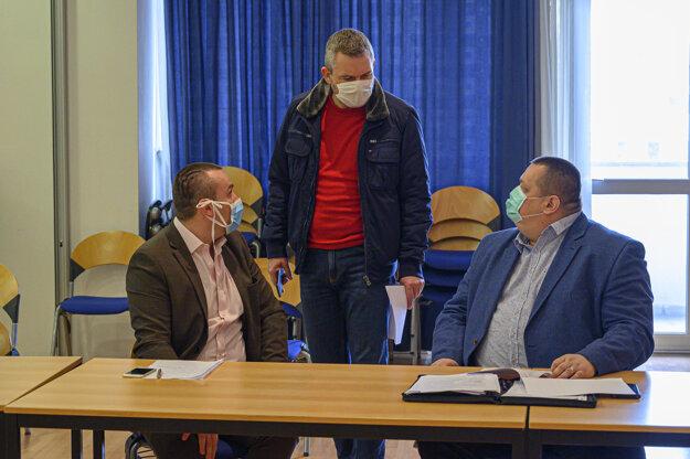 Sprava hlavný hygienik SR Ján Mikas a predseda vlády Peter Pellegrini počas zasadnutia krízového štábu Ministerstva zdravotníctva.
