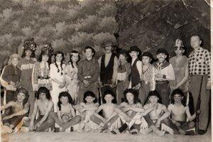 Všetci herci z divadelnej hry Môj brat Vinnetou s pánom učiteľom Dušanom Dugáčkom.