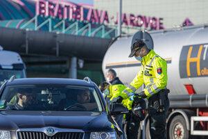 Policajné kontroly so zvýšenými opatreniami v súvislosti s koronavírusom na hraniciach s Rakúskom - Jarovce - Kitsee. Bratislava, 14. marca 2020.