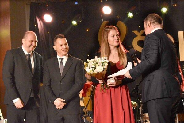 Janka Kurucová si na galavečere ŠOK prevzala sošku za umiestnenie v kategórií TOP 10.