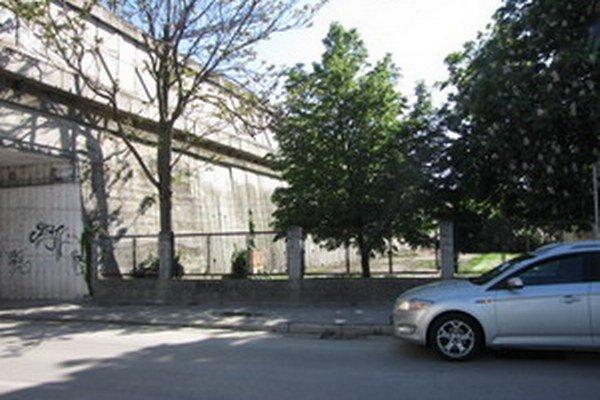 Nové parkovisko plánuje nemocnica postaviť za plotom vo svojom areáli.