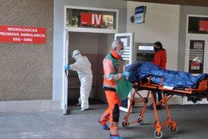 Prevoz pacienta z oddelenia Covid v dolnokubínskej nemocnici do domácej karantény.