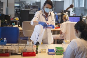 Testovanie na prítomnosť koronavírusu.