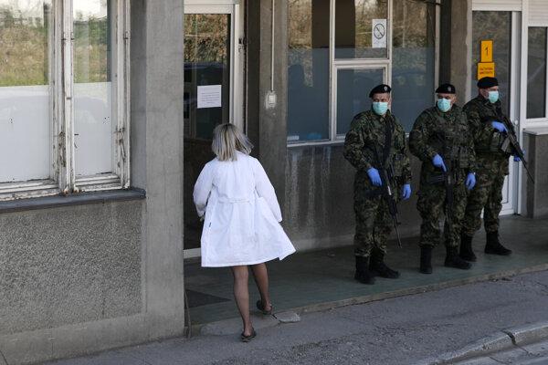 Srbskí vojaci strážia kliniku v Belehrade.