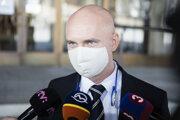 Poslanec NR SR za stranu SaS Branislav Gröhling počas prestávky v rámci ustanovujúcej schôdze NR SR pred budovou parlamentu. Bratislava, 20. marec 2020.