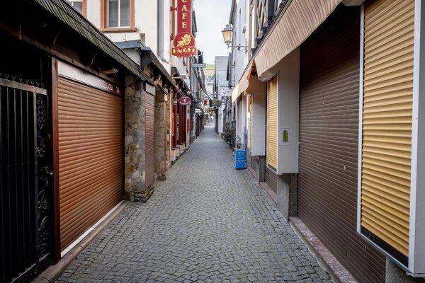 Slávna ulica Drosselgasse v Ruedesheime s barmi a reštauráciami je úplne opustená.