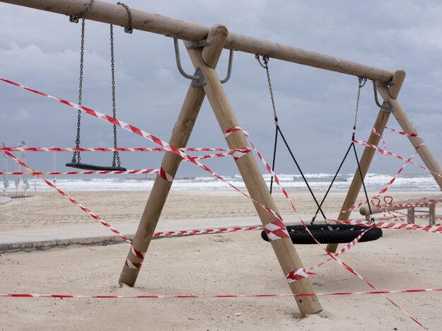 Izraelské úrady ohradili všetky detské ihriská, aby zabránili šíreniu koronavírusu.