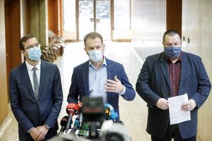 Zľava minister zdravotníctva Marek Krajčí, premiér Igor Matovič a hlavný hygienik Ján Mikas.