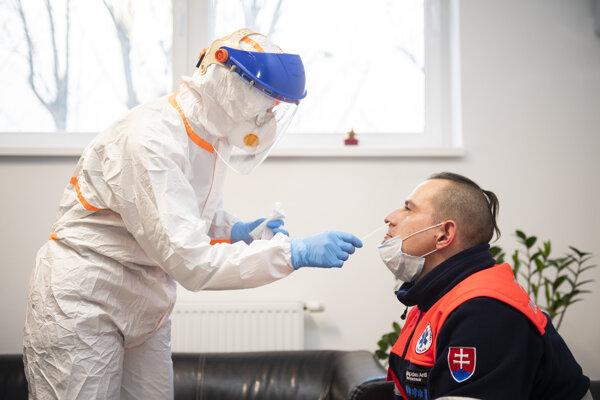 Rezort vo svojich podkladoch požadoval testy prostredníctvom výterov z nosa a úst.