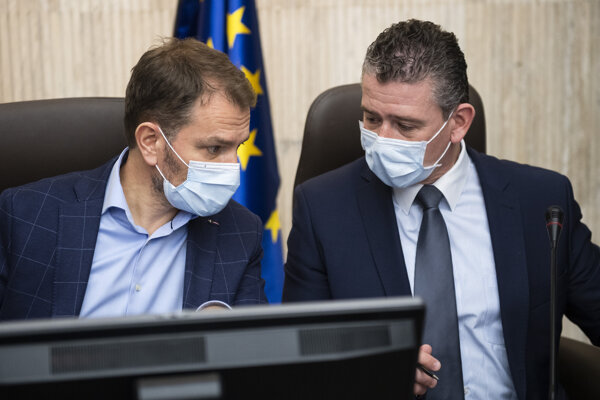 Vľavo premiér Igor Matovič, vpravo minister vnútra a šéf ústredného krízového štábu Roman Mikulec.