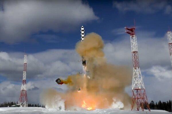 Test typu medzikontinentálnej balistickej rakety Sarmat z vojenského kozmodrómu Pleseck v Archangeľskej oblasti na severozápade Ruska 30. marca 2018.