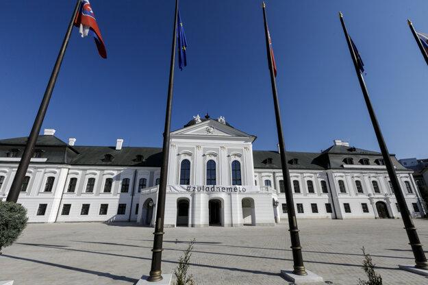 Nápis #zvladnemeto na Prezidentskom paláci v Bratislave.