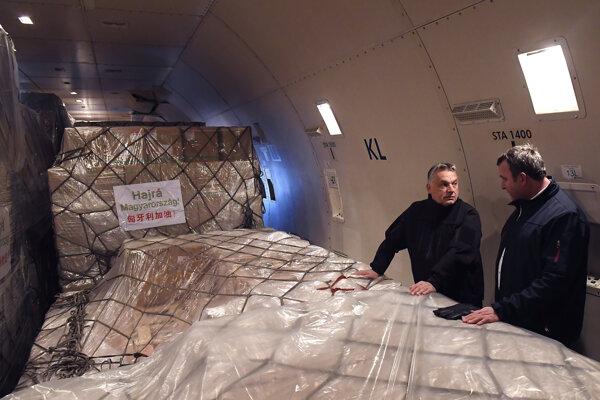 Maďarský premiér Viktor Orbán a minister Laszlo Palkovics kontrolujú medicínsky materiál z Číny.