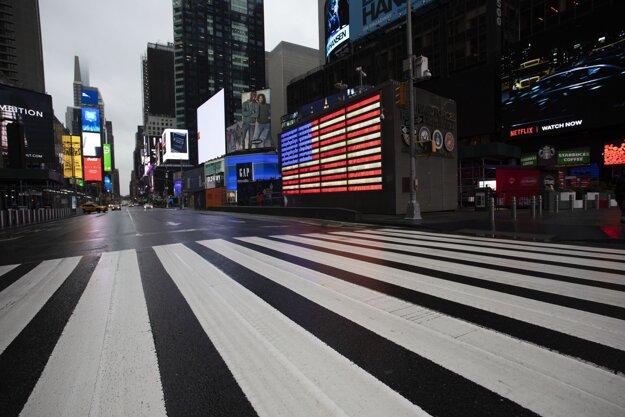 Zvyčajne preľudnené námestie Times Square v New Yorku je teraz pre nákazu Covid-19 celkom prázdne.