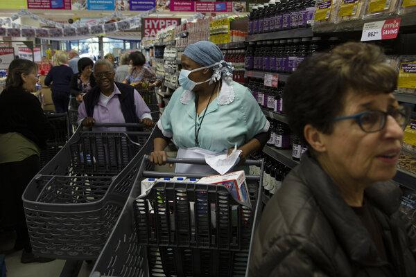 Zákazníci nakupujú potraviny v obchode v Johannesburgu v stredu 25. marca 2020.