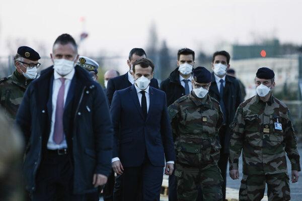 Emmanuel Macron v sprievode francúzskych vojakov.