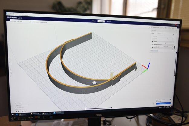 3D model plastovej časti ochranného štítu vyrábaného pre lekárov na 3D tlačiarni.