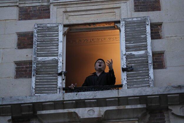 Francúzsky tenorista Stéphane Sénéchal spieva z okna svojho apartmánu v Paríži .