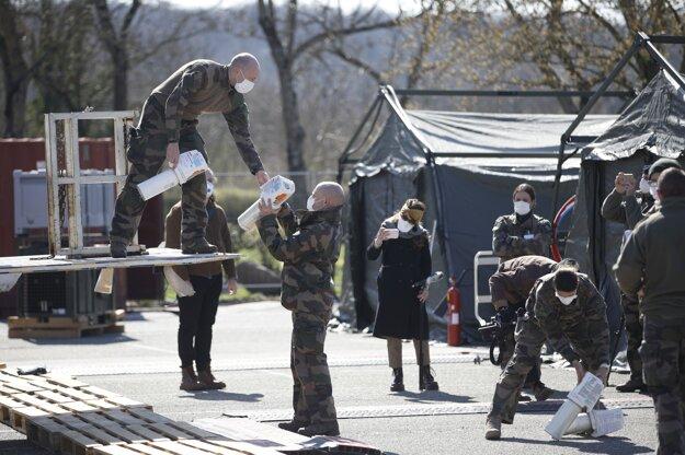 Vojaci vykladajú kyslíkové fľaše vo vojenskej poľnej nemocnici postavenej v meste Mulhouse.
