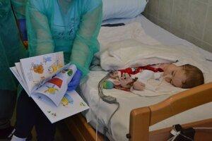 Chlapčekovi bol liek v podobe infúzie už podaný.