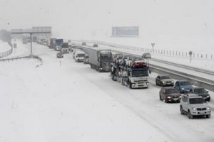 Hromadné nehody zablokovali viaceré cesty v kraji.
