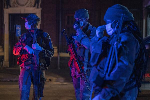 Vojenská patrola sleduje dodržiavanie zákazu vychádzania v Johannesburgu.