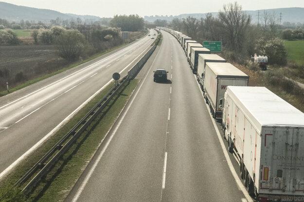 Odstavené kamióny pred Bratislavou.