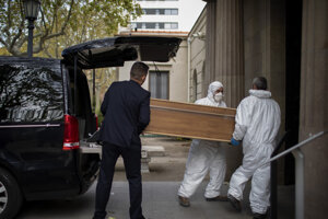 Odvoz obete koronavírusu v Barcelone.