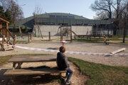 Detské ihriská ostali aj napriek slnečnému počasiu opustené.