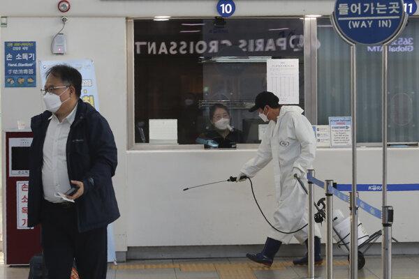 Dezinfekčné opatrenia na železničnej stanici v Soule.