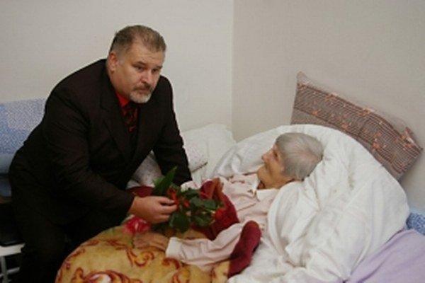 Na archívnej snímke z decembra 2012 Anna Balášová príjíma gratulácie od bývalého primátora mesta Vrbové k 108. narodeninám.