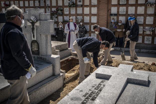 Pohreb obete ochorenia Covid-19 na cintoríne v Madride.