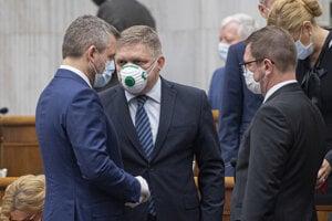 Opoziční poslanci a expremiéri Peter Pellegrini (vľavo) a Robert Fico (druhý zľava, obaja Smer).