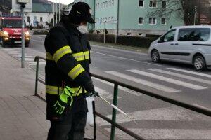 Dezinfekcia zábradlia v meste.