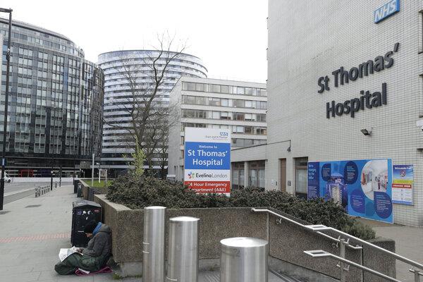 Bezdomovec pred nemocnicou v Londýne.